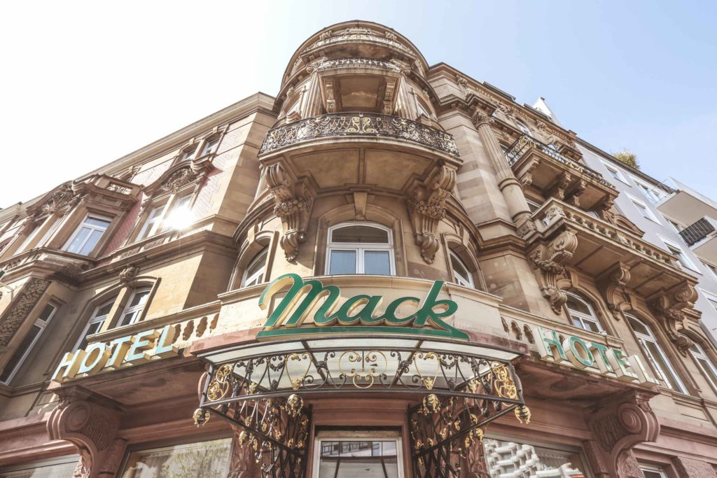Jugendstilfassade des Hotels